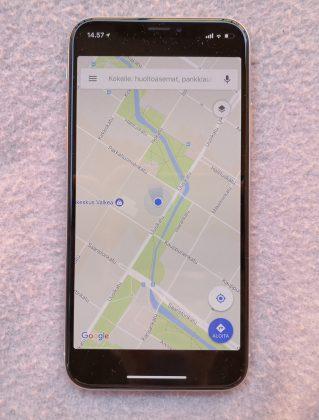 Esimerkiksi Google Mapsia ei ole optimoitu iPhone X:lle, joten näytön ylä- ja alareunaan jää vain paljon mustaa.