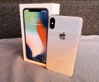 iPhone X ja sen myyntipakkaus.