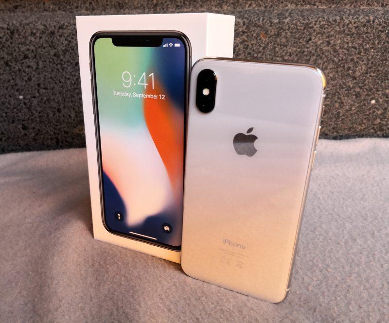 iPhone X:n myyntipakkauksessa mukana on tutut tavarat, valitettavasti. Myyntipakkaukseen olisi tällä hinnalla kaivanut pikalaturia.