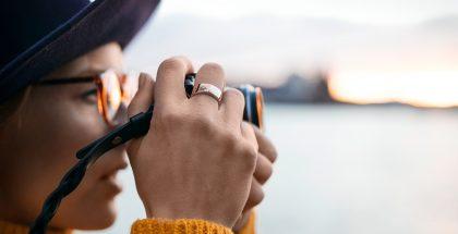 Uusi sormus on pienikokoinen ja näyttää lähes tavanomaiselta sormukselta.