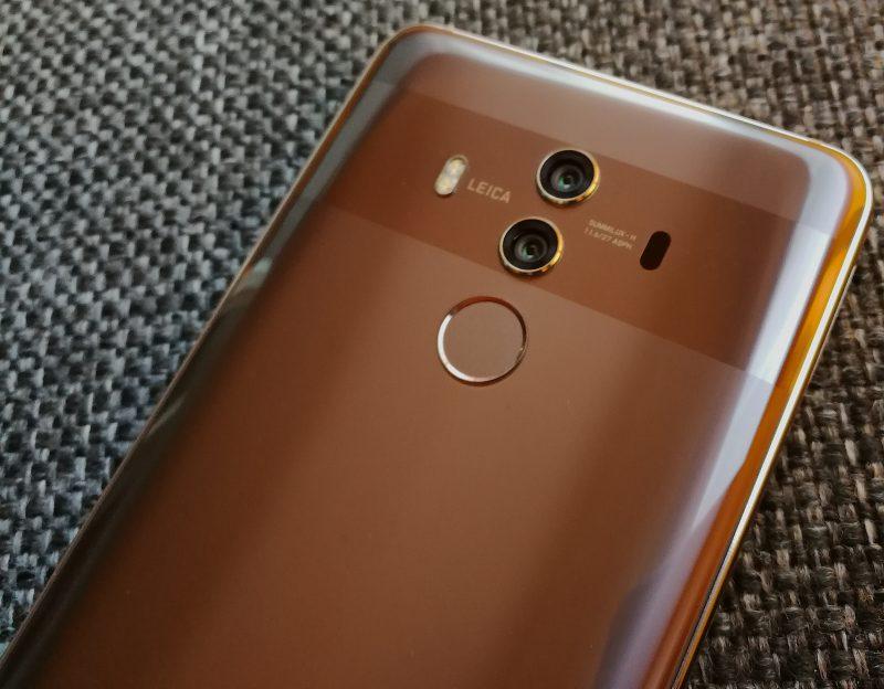 Mate 10 Prossa on 12 megapikselin väri- ja 20 megapikselin monokromikamera takana. Tarkennukseen on käytössä myös laser muiden menetelmien ohella.