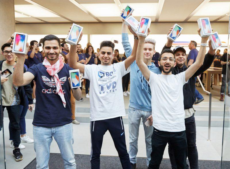 iPhone X:n ostajia Sydneyn Apple Storen luona.