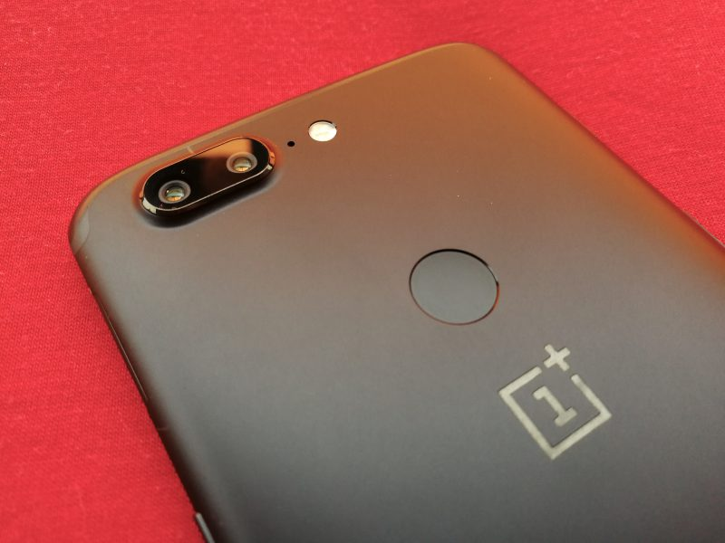 OnePlus 5T:n kamera kohoaa OnePlus 5:tä enemmän puhelimen takapinnasta.