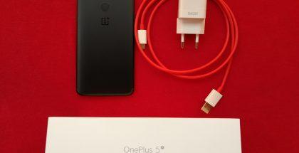 OnePlus 5T tukee tietenkin OnePlussan omaa Dash Charge -pikalatausta. Laturi toimitetaan mukana myyntipakkauksessa.