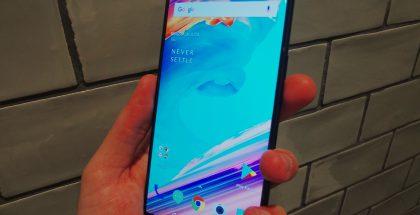 OnePlus 5T:n näyttö ylettyy hyvin lähelle puhelimen reunoja.