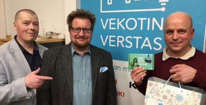 Etteplanin teknologiajohtaja Jaakko Ala-Paavola (keskellä) lahjoittaa Microbit-kehityskitit Forum Viriumin Aapo Ristalle. Vasemmalla Kaapelitehtaan Jani Suonperä.