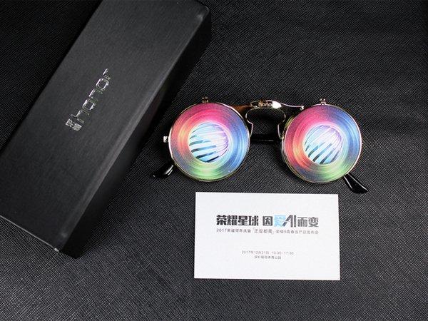 21. joulukuuta julkistettavan Honor-älypuhelimen kutsupaketti sisältää muun muassa kaksoiskameraan viittaavat silmälasit.