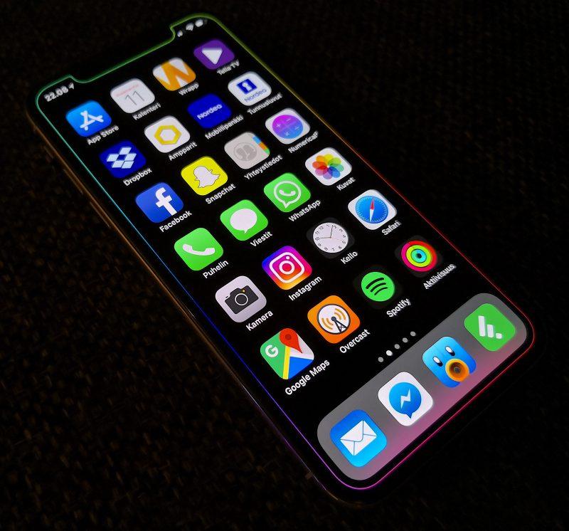 iPhone X:n näytön reunoja - mukaan lukien yläreunan lovi - liukuvärillä kiertävä, muuten musta taustakuva.