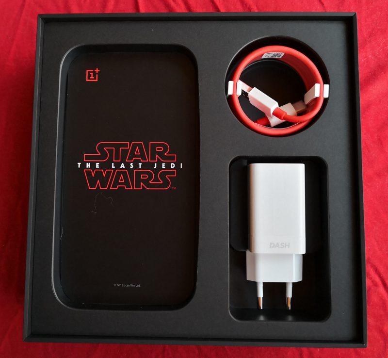 Mukana tulevat tietenkin Dash Charge -laturi ja -kaapeli. Kuvassa näkyy myös mukana tuleva Star Wars -kortti.
