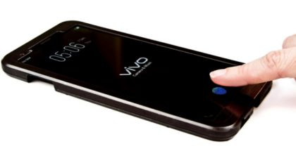 Vivon älypuhelin sormenjälkilukijalla näytössä.