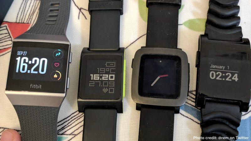 Vasemmalla Fitbit Ionic ja rinnalla kolme Pebbleä.