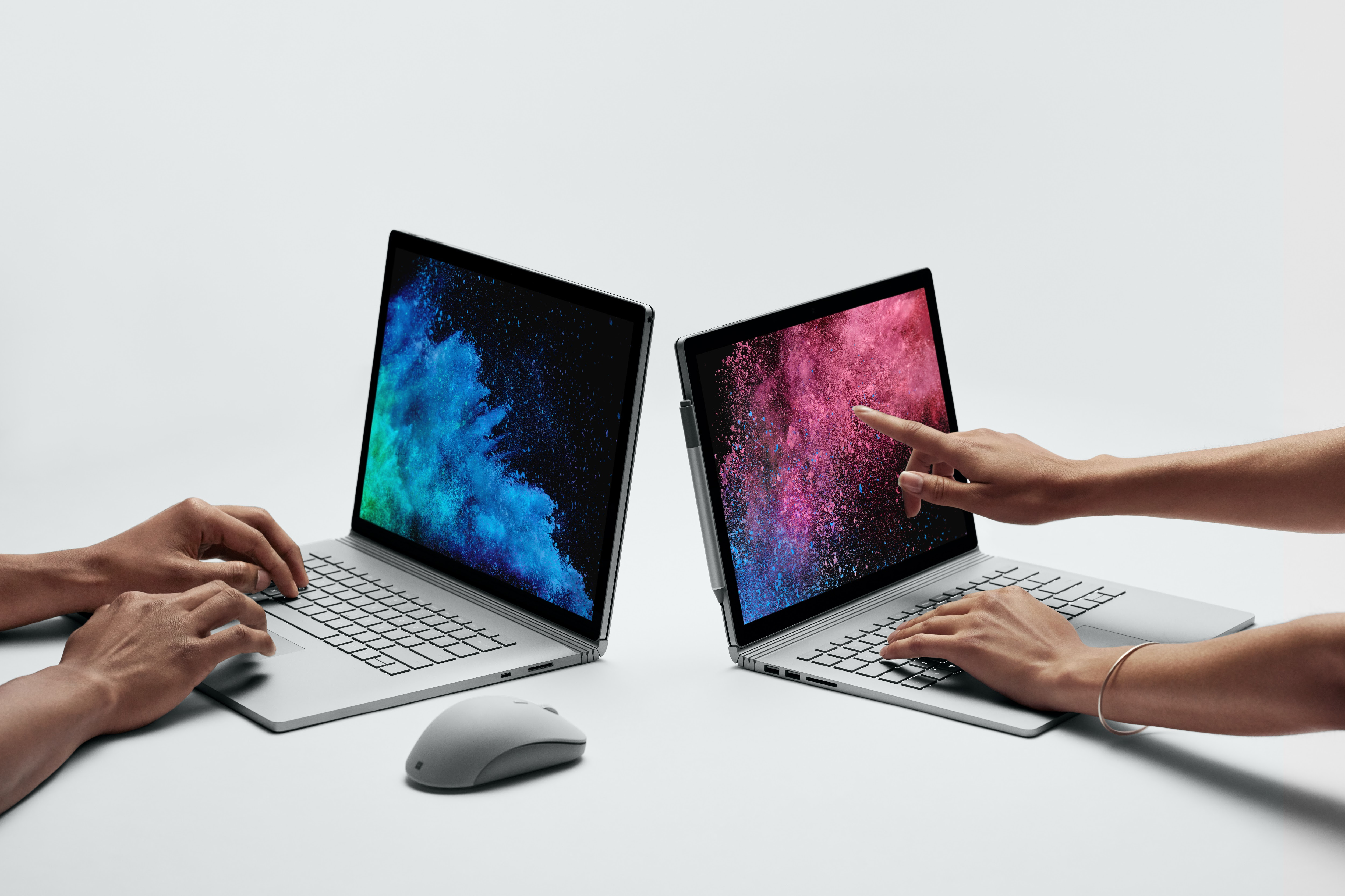 Microsoft Surface Book 2:n kaksi kokovaihtoehtoa.