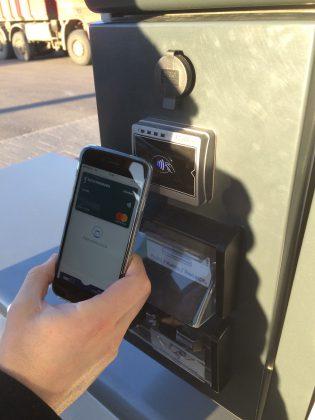 Apple Pay -maksu Neste-asemalla.