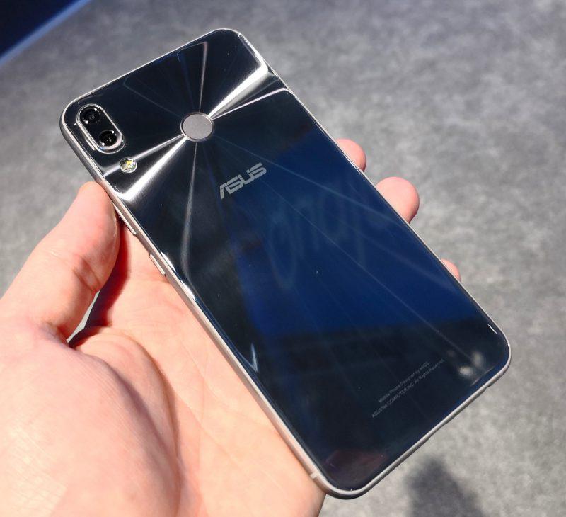 Tässä nähtävän Meteor Silver -värin lisäksi Zenfone 5 -puhelimet ovat tulossa myös Midnight Blue -värinä.