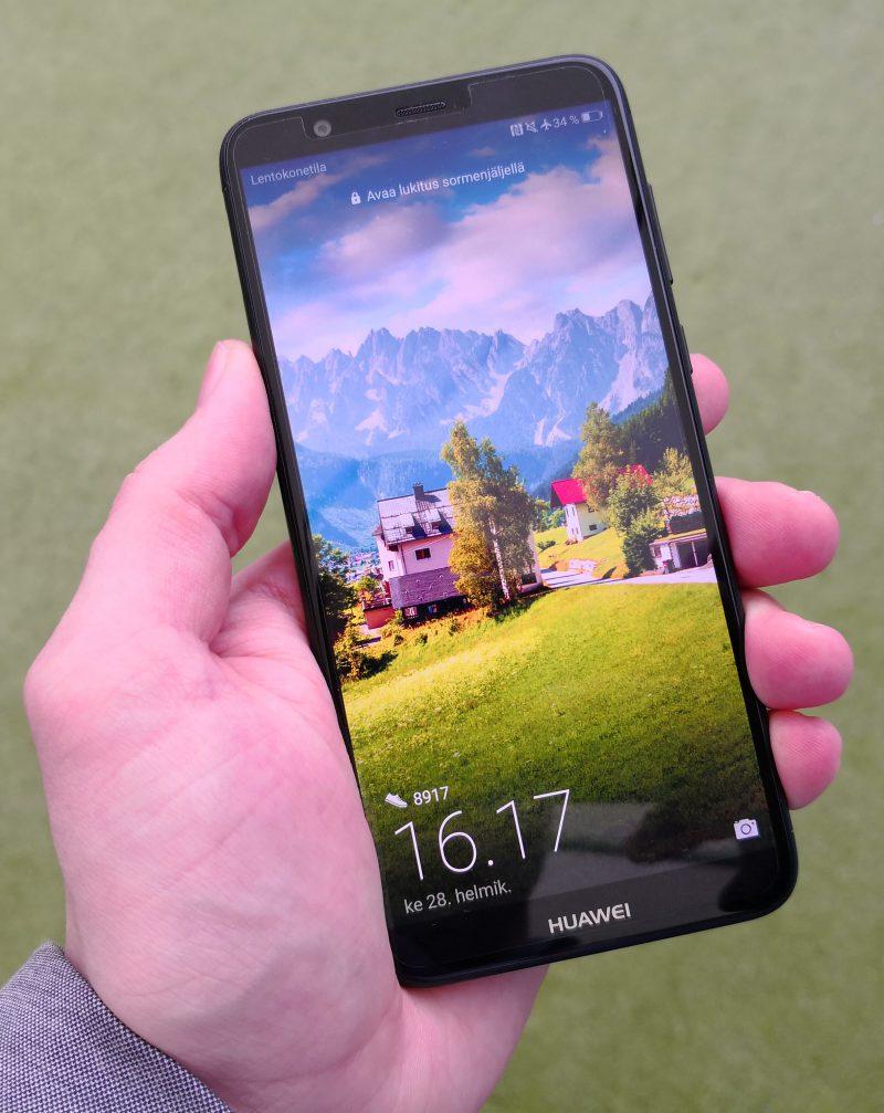 Huawei P Smartissa on kooltaan 5,65 tuuman näyttö, joka edustaa uutta trendikästä 18:9-kuvasuhdetta. Näytön ylä- ja alareunukset ovat kohtuullisen kokoiset.