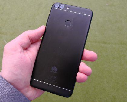Huawei P Smart on alumiinirakenteinen, mikä erottaa sen muun muassa Honor 9 Litestä.