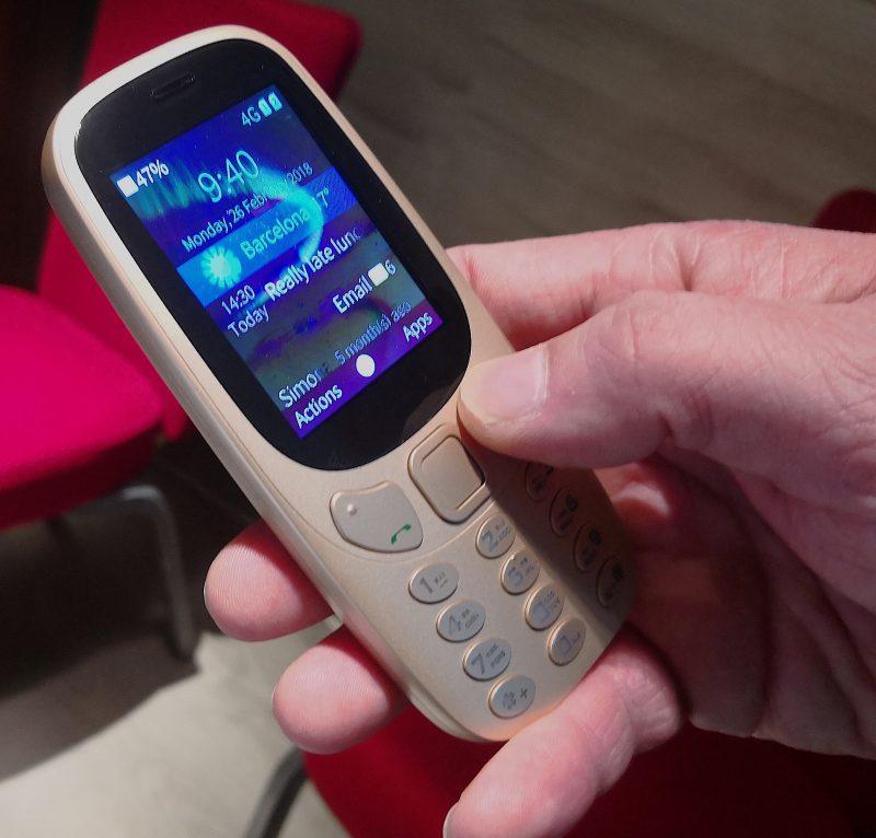 Jolla esitteli Sailfishin toimintaa Nokia 3310:ää ulkonäöltään muistuttavassa peruspuhelimessa.