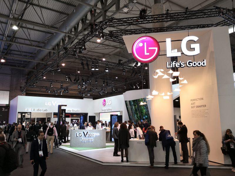 LG:n messuosasto Mobile World Congressissa keskittyy V30S ThinQ:n esittelyyn.