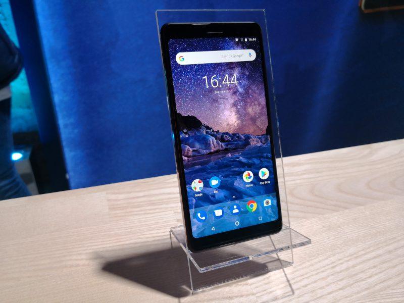 Nokia 7 Plussassa on kuuden tuuman näyttö, joka kattaa etupuolen melko laajasti 18:9-kuvasuhteellaan.