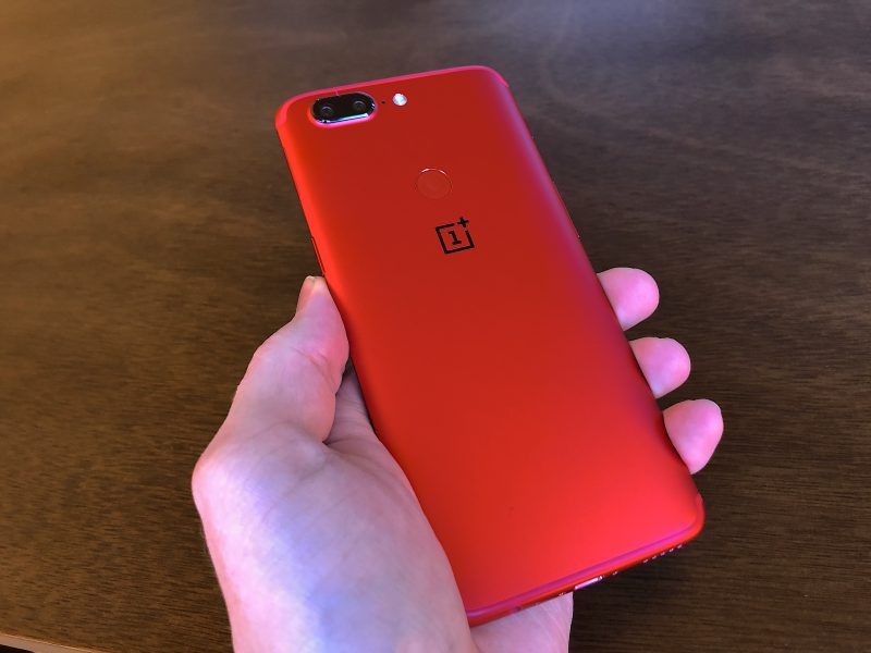 OnePlus 5T Lava Redin runko on laajasti punainen, mutta OnePlus-logo erottuu selkeästi takapinnasta.