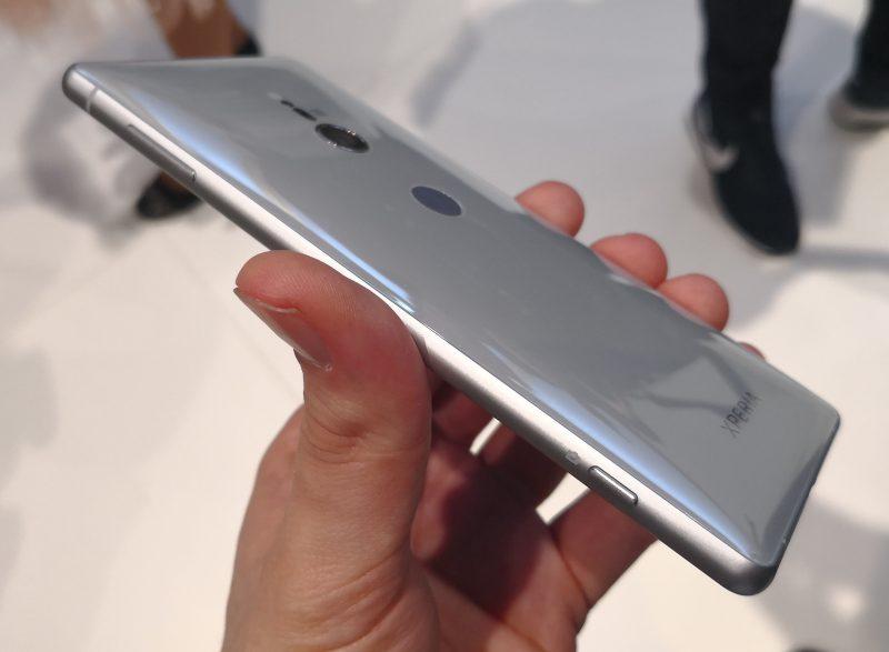 Uusien Xperia XZ2 -puhelinten takapinta on hyvin kaareva. Puhelimen keskeiset komponentit on sijoitettu linjaan keskelle, josta tässä kuvassa nähtävä Xperia XZ2 on myös varsin paksu.