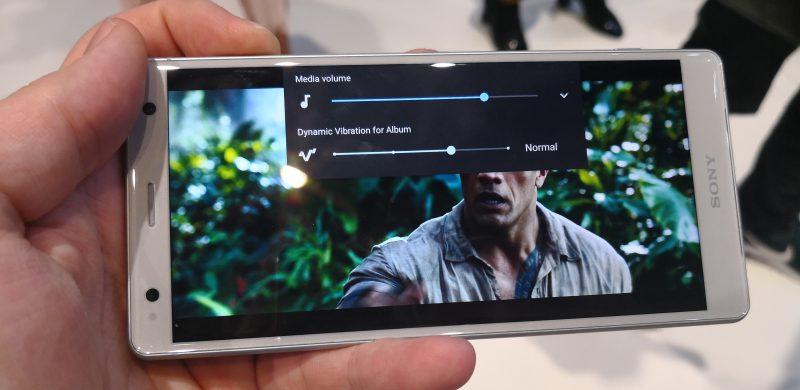 Xperia XZ2:ssa äänentoistoa tehostaa värinä.