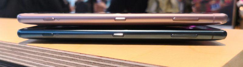 Xperia XZ2:n värivaihtoehdoista kaksi päällekkäin.