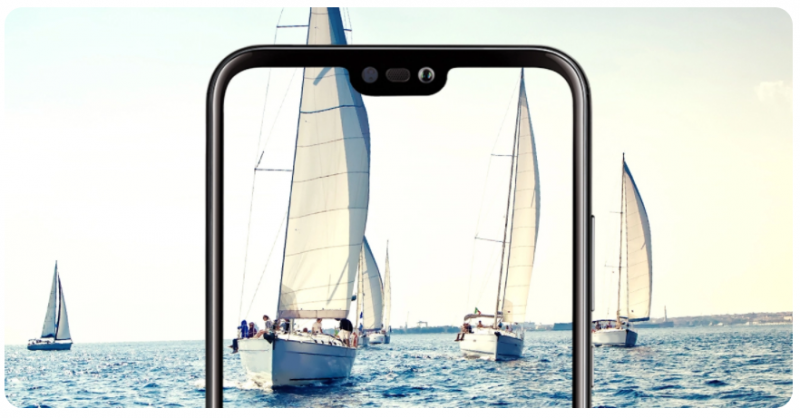 Huawei P20 Litessä on näytön ylälaidassa lovi, jossa sijaitsevat puhelukuuloke, kamera ja tunnistimia.