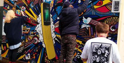 Nokia 8110 4G -katutaidetta HMD:n tilojen seinässä: Kuva Gilbert Marciano / Twitter.