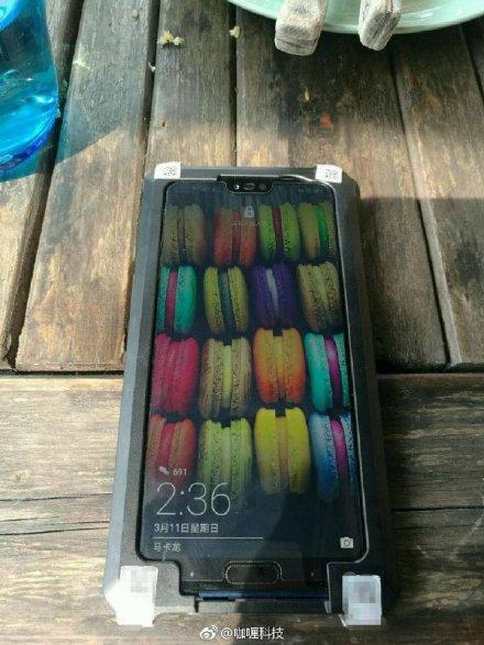 Väitetty Honor 10. Lovi näytön yläreunassa ja sormenjälkilukija näytön alapuolella, aivan kuten Huawei P20 ja P20 Pro -puhelimissakin.