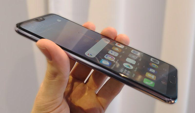 Huawei P20 Pron rakenne on erittäin laadukkaan tuntuinen, kuten toki sopii odottaakin.