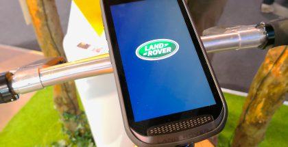 Ulkoisesti Land Rover näkyy puhelimen etupuolella tekstinä alareunassa sekä auton etumaskia muistuttava rei'ityksenä.