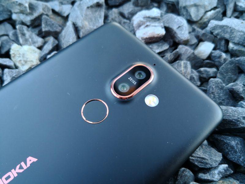 Nokia 7 Plussan kaksoiskamerassa on nyt eri polttovälin kamerat. Kamera-alue kohoaa selvästi muusta takapinnasta.