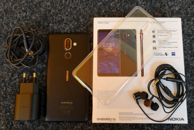 Nokia 7 Plussan myyntipakkauksessa mukana tulee myös suojakuori. Kuulokkeet ovat in-ear-mallia.