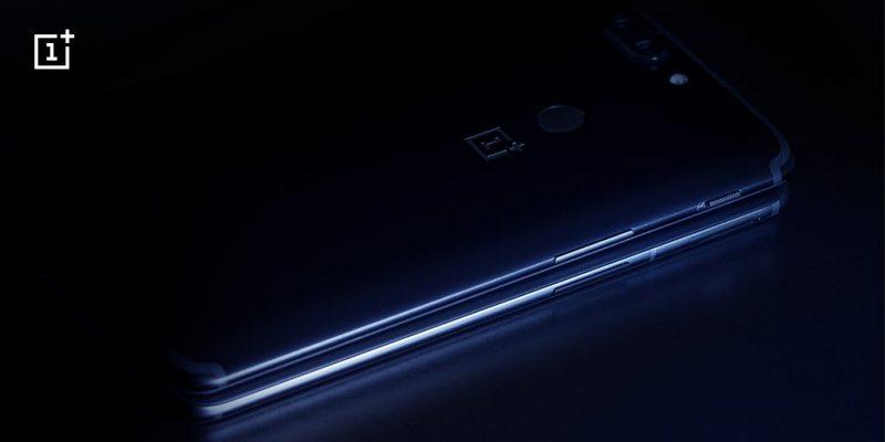 OnePlussan julkaisema kuva, jossa OnePlus 6 on piilossa OnePlus 5T:n alla.