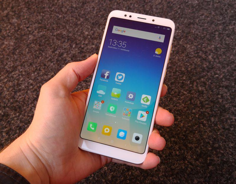 Redmi 5 Plus on kookas älypuhelin 5,99 tuuman näytöllä ja kohtuullisen kokoisilla näytönreunuksilla.