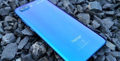 Honor 10 on tarjolla yhteensä neljänä eri värivaihtoehtona, joista kuvassa Phantom Blue.