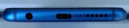 3,5 millimetrin kuulokeliitäntä on mukana Honor 10:ssä. Lisäksi pohjasta löytyy USB-C-liitäntä sekä kaiutin- ja mikrofoniaukot.