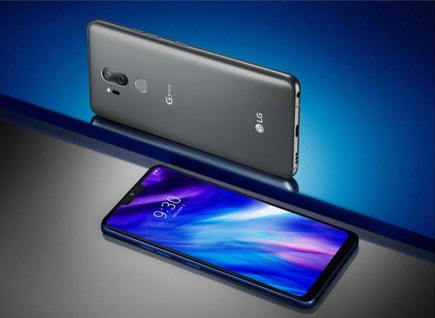 LG G7 ThinQ on varustettu etupuolen laajasti kattavalla näytöllä. Myös takapinta on lasia.