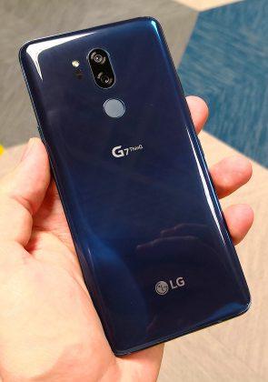 Erityisesti tummilla värivaihtoehdoilla G7 ThinQ:n lasisessa takapinnassa erilaiset tahrat ja sormenjäljet näkyvät selvästi.