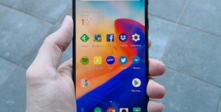 OnePlus 6:n 6,28 tuuman näyttö on kookas ja hyvä. Yläreunan loveen tottuu nopeasti.