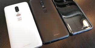 OnePlus 6:n kolme eri värivaihtoehtoa. Valkoinen ja musta Midnight Black ovat mattapintaisia, Mirror Black varsin kiiltävä.