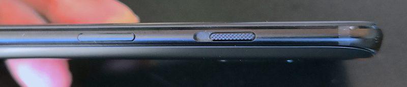 Hiljennyskytkin on siirretty vasemmalta oikealle kyljelle lukituspainikkeen yläpuolelle.