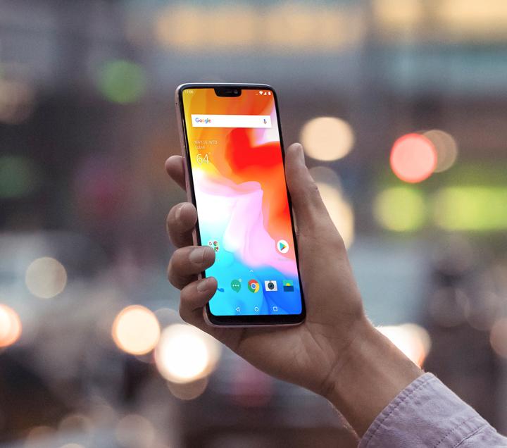 OnePlus 6:ssa on 6,28 tuuman AMOLED-näyttö lovella yläreunassa.