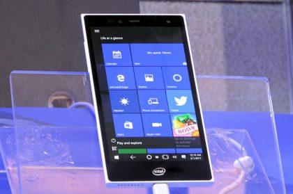 Intel on kehittänyt myös pienikokoisen, taskuun mahtuvan täyden Windows 10 -tietokoneen Pocket PC -prototyypin.