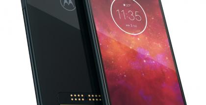 Moto Z3 Play on takaa lasia. Takana näkyvät myös Moto Mods -kuorien liitäntäpinnit.