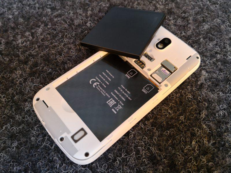 Nokia 1:ssä on takakuoren alla vaihdettavissa oleva akku. Lisäksi takakuoren alta löytyy kaksi SIM-korttipaikkaa, joista toinen jaettu muistikorttipaikan kanssa.