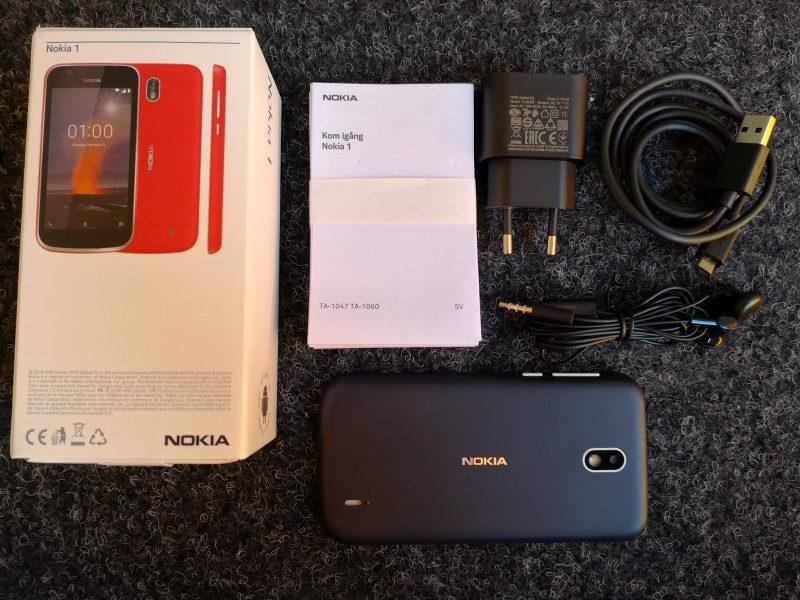 Nokia 1:n myyntipakkauksessa on itse puhelimen ja akun lisäksi käyttöohjeet, laturi ja kaapeli sekä nappikuulokkeet.