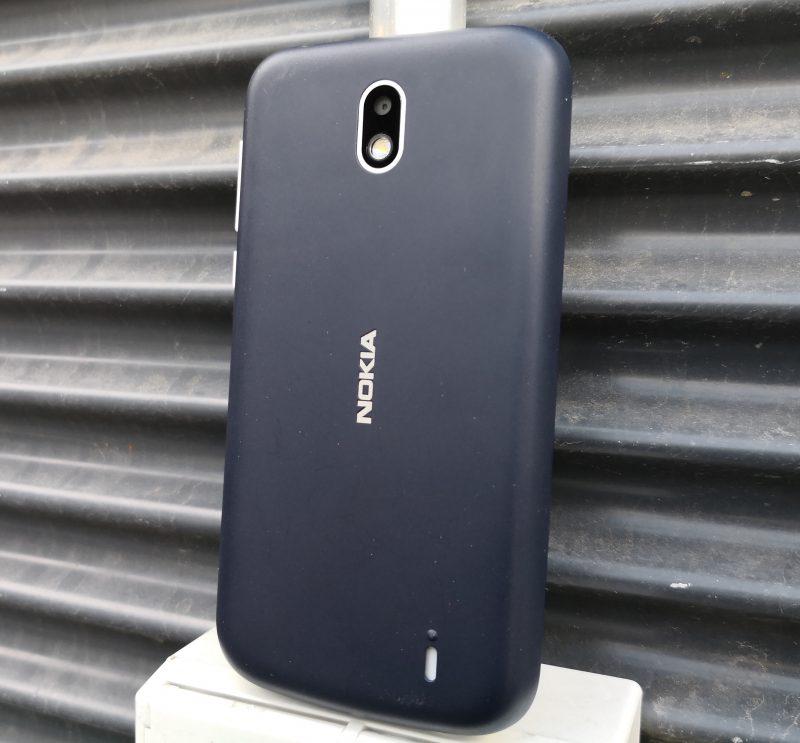 Nokia 1:n takakuori on polykarbonaattimuovia. Kaiuttimen aukko sijaitsee takana. Kamera ei nouse muuta pintaa korkeammalle.