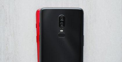 Punainen OnePlus 6 kurkistaa mustan takaa Marques Brownleen Twitterissä julkaisemassa kuvassa.